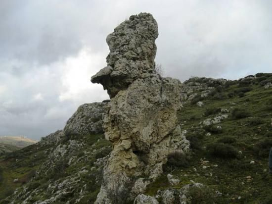 La peña La Nariz, en Valdeolea