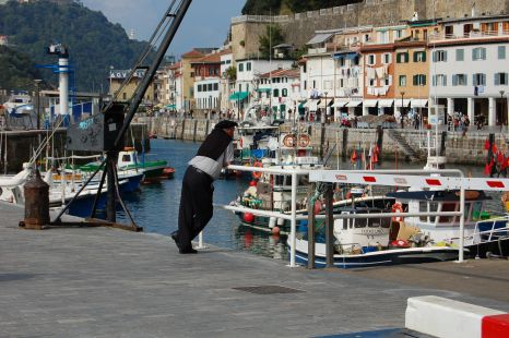 mirando al puerto en san sebastian