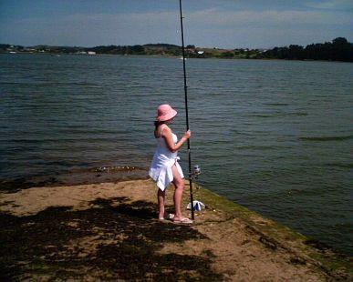 isabel pescando en la costa