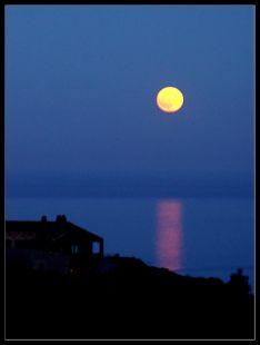 La luna frente a Ajo.