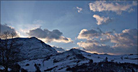 Tras una dura noche aparece el sol entre las montañas de Soba