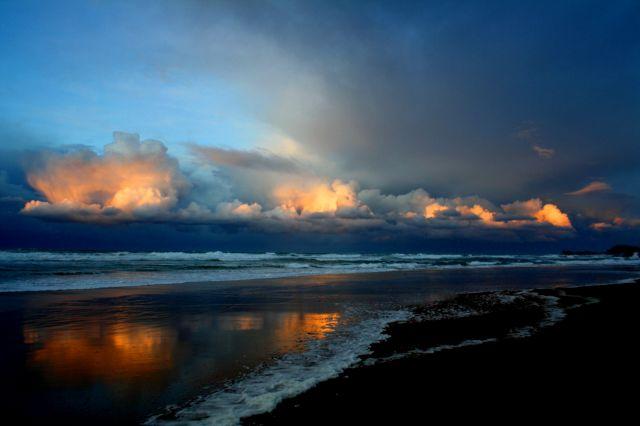 cae la noche en la playa