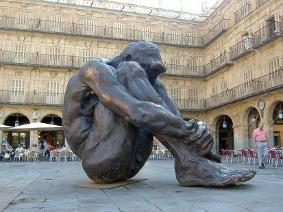 Sentada en la plaza