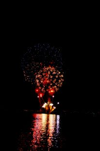 la noche y los fuegos de color