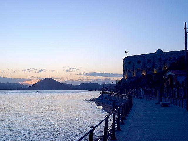 Cae la noche tras el fuerte San Martín