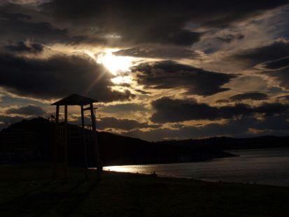 Llega la noche a la playa de Mogro