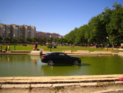 �Qu� hace este coche en un estanque?