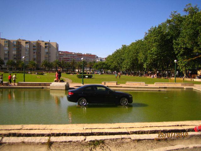 ¿Qué hace este coche en un estanque?