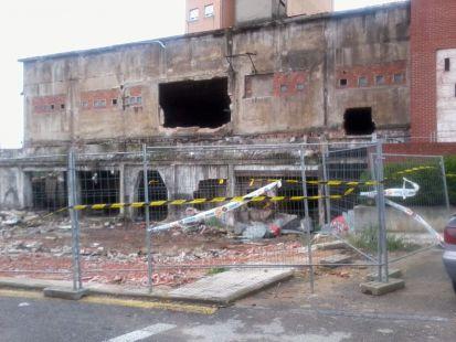 Derribo antiguas naves industriales en Calle Industria- Maliaño