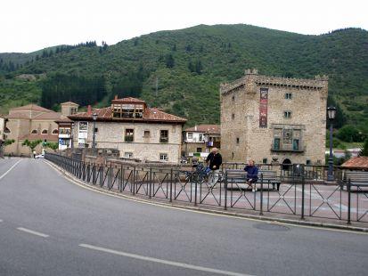 Torre del Infantado y puente (Potes).