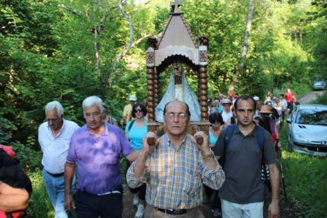 Traslado de La Santuca desde su santuario hasta la iglesia de Aniezo