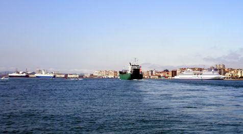 Tráfico marítimo en la bahía.