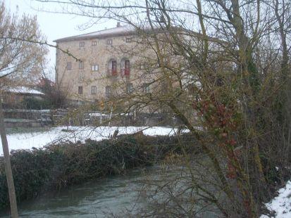 Río Ebro y al fondo la casona de Nestares en un día de invierno 060213