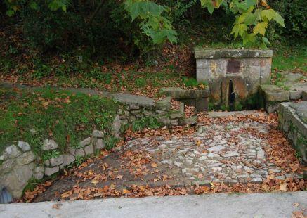 Fuente para peregrinos en Cobreces, barrio Rivero