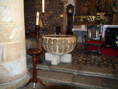 Baptisterio de la iglesia de Hoznayo.