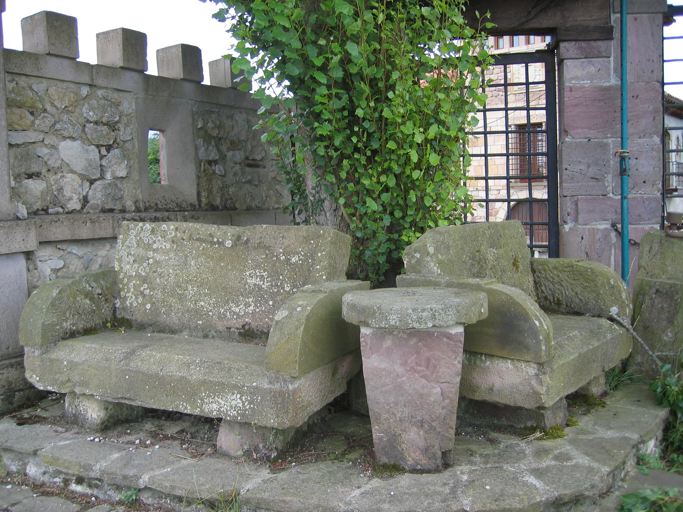 Asientos y mesa de piedra fotos de cantabria for Mesa de jardin de piedra