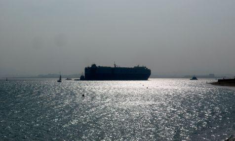 barco entrando a la bahia de santander