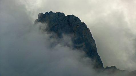 Pico entre la niebla