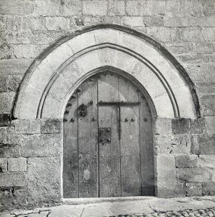 Puerta Gótica en Santillana