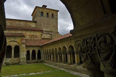 Santillana del Mar, torre y claustro