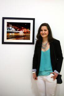 Marina Nieto junto a su fotografia en, Caminos del Besaya