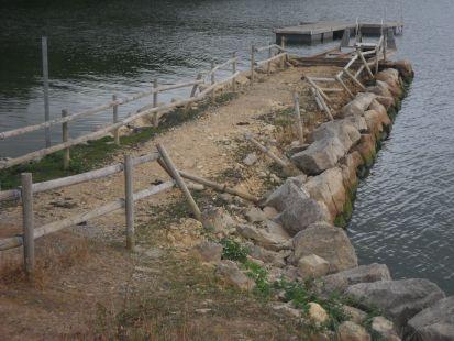 Destrozos y suciedad en el embarcadero de la Lastra