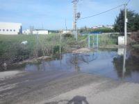 La carretera junto a la depuradora de San Román anegada