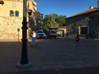 Coches aparcados en mitad de la plaza de Nestares